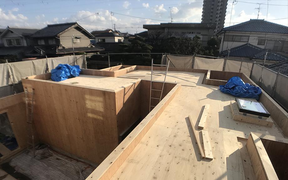 八尾の中庭型住宅 屋根の写真