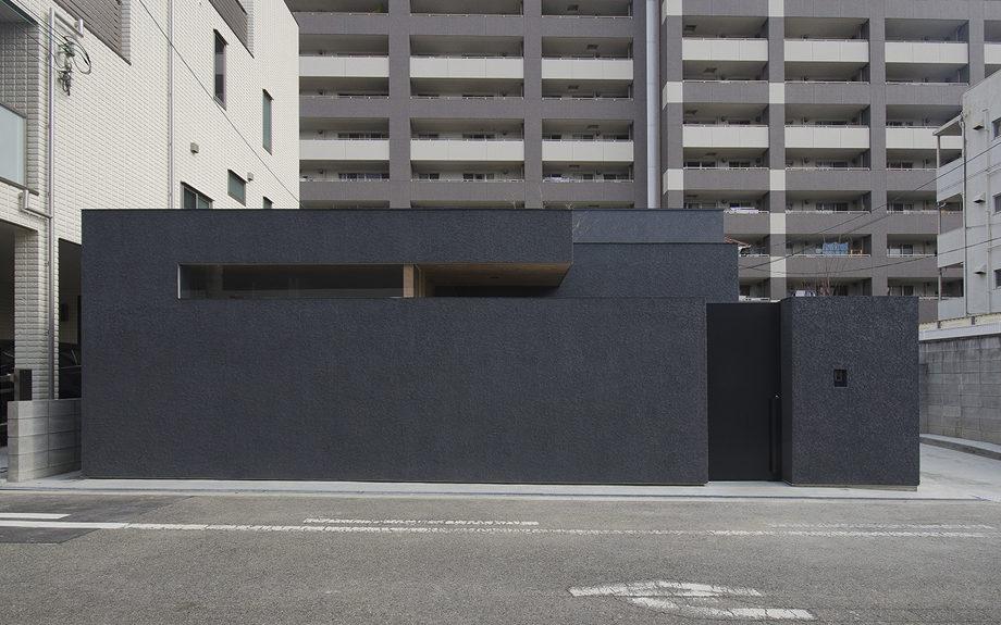 大阪市内に建つ中庭を持つコートハウス。正面からの外観