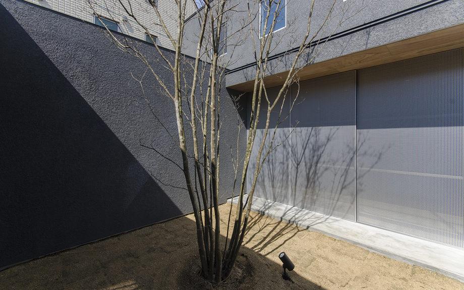 大阪市内に建つ中庭を持つコートハウス。雨戸を閉めた様子