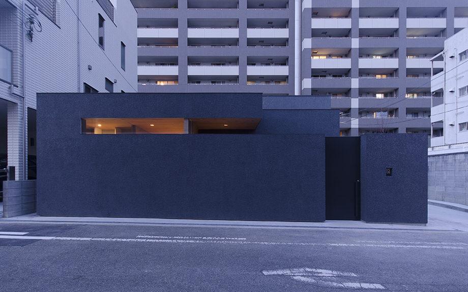 大阪市内に建つ中庭を持つコートハウス。正面からの夜景
