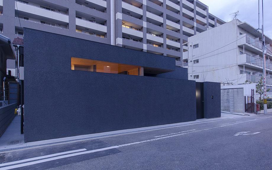 大阪市内に建つ中庭を持つコートハウス。斜めからの外観夜景