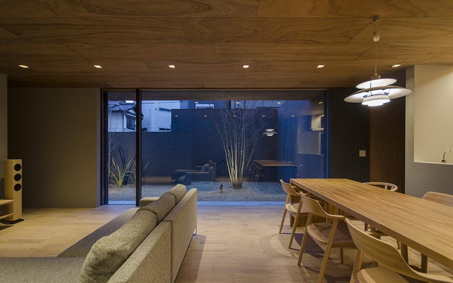 大阪市内に建つ中庭を持つコートハウス。リビンからの夜景