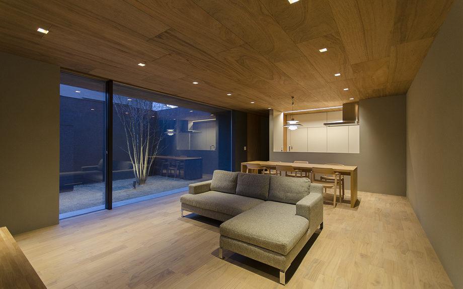 大阪市内に建つ中庭を持つコートハウス。リビングからの夜景