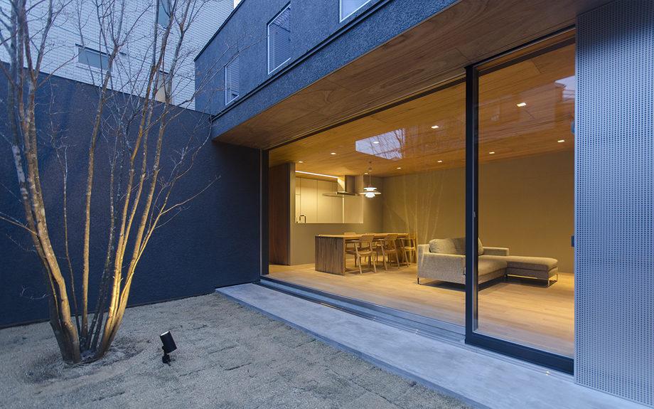 大阪市内に建つ中庭を持つコートハウス。中庭の夜景