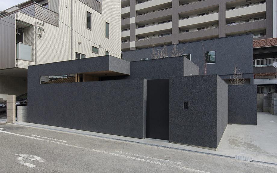 大阪市内に建つ中庭を持つコートハウス。斜めからの外観