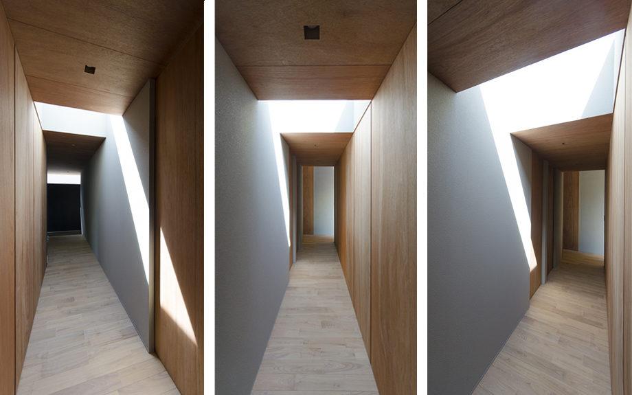 大阪市内に建つ中庭を持つコートハウス。トップライトに照らされた廊下
