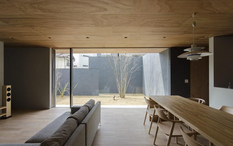 大阪市内に建つ中庭を持つコートハウス。リビンから中庭の眺め