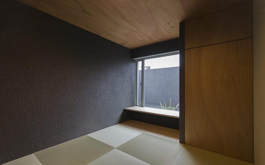 大阪市内に建つ中庭を持つコートハウス。和室