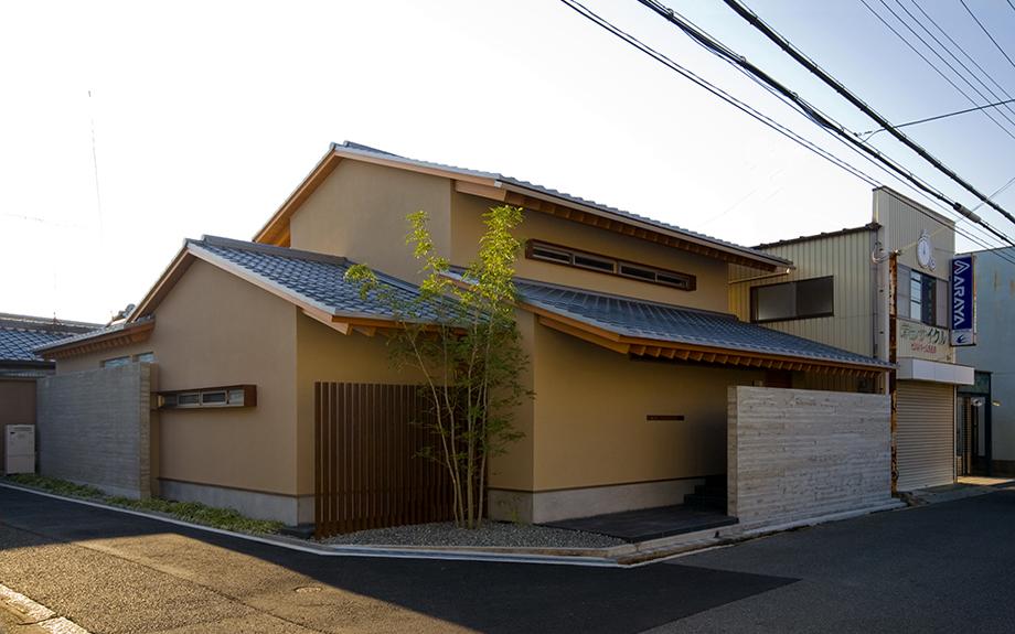 大阪府和泉市にある和モダンの中庭のある家、外観実例写真