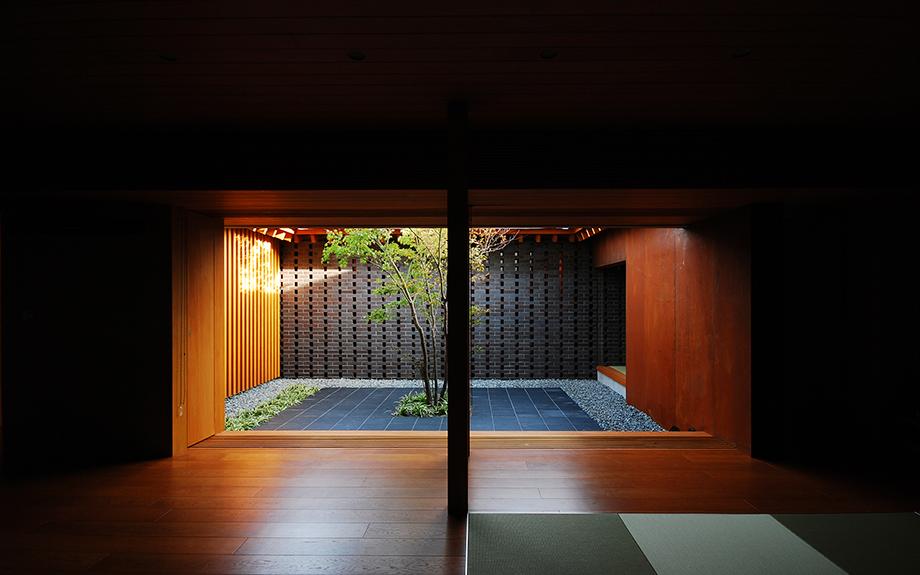 大阪府和泉市にあるの中庭のある和モダンの家、内観リビングの写真