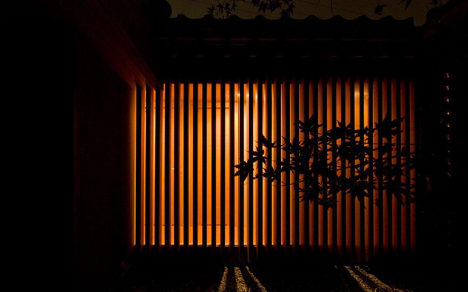 大阪府和泉市にある中庭の家、木列柱外観実例