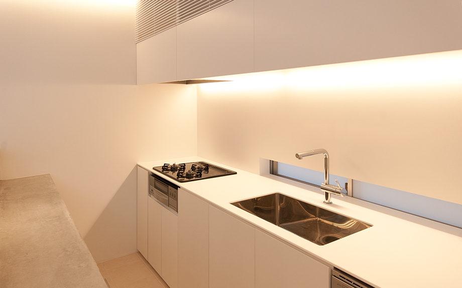 大阪府池田市にある中庭のある家、白を基調としたシンプルなオーダーメイドキッチン実例