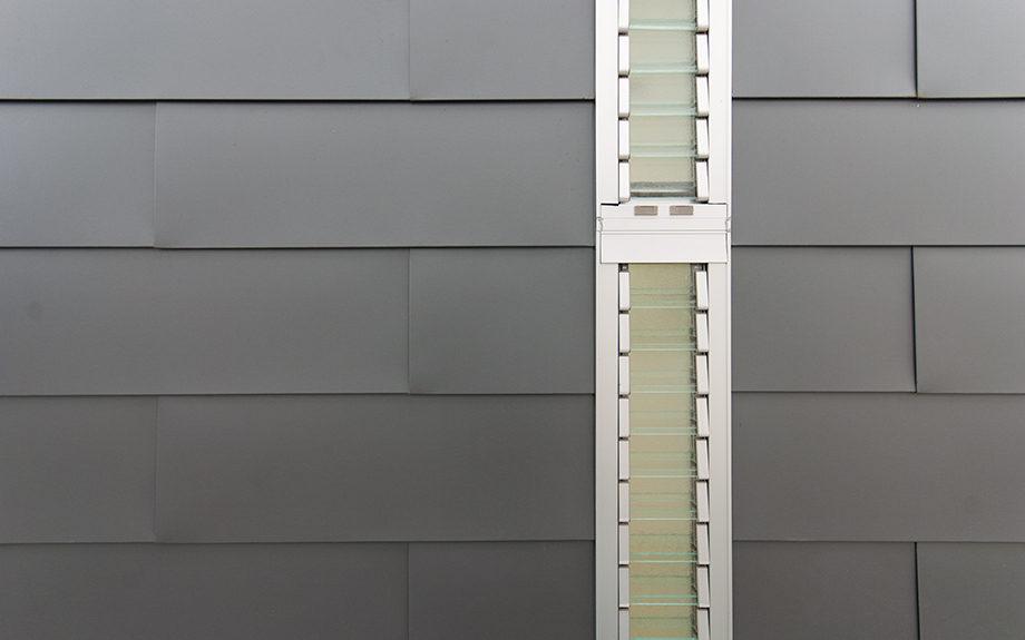 大阪府池田市にある中庭のある家、ガルバリウム鋼板の外観実例写真