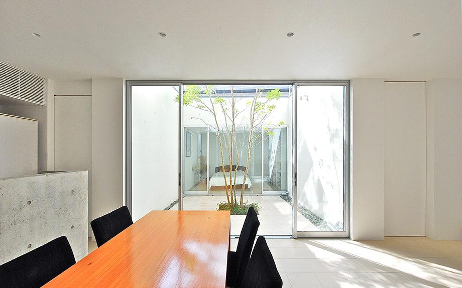 大阪府池田市にある中庭のある家、白を基調としたシンプルな住宅の内観実例写真