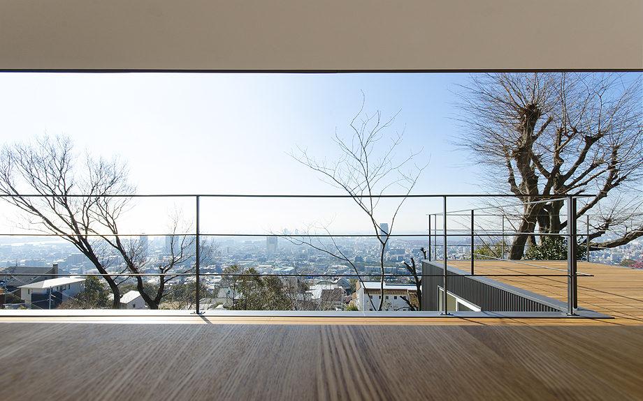 2Fダイニングテーブルより神戸の景色を望む