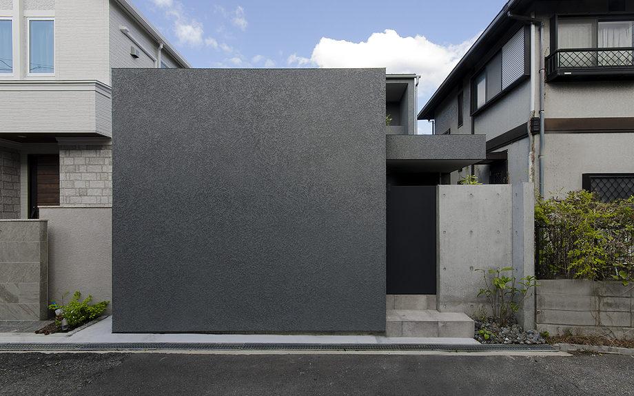 神戸市の御影に建つコートハウス、中庭のある家の外観実例写真