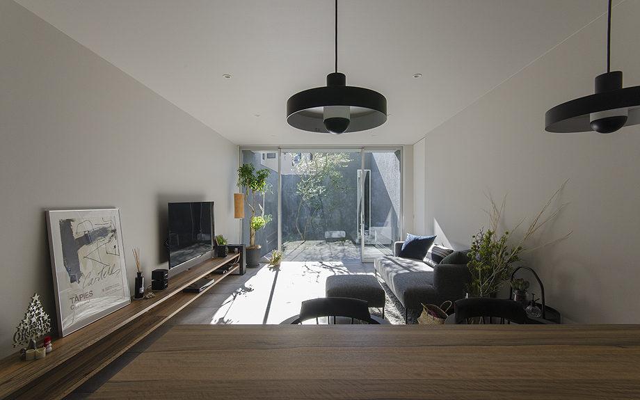 神戸市東灘区御影に建つ注文住宅、中庭のある住まい、リビングからの写真