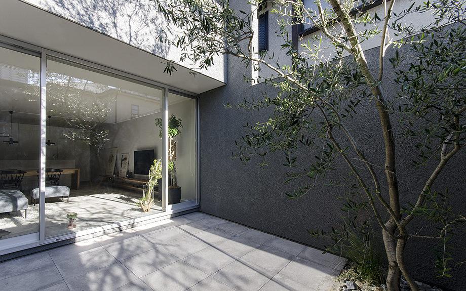 御影に建つ注文住宅、中庭のあるコートハウス、中庭からの写真