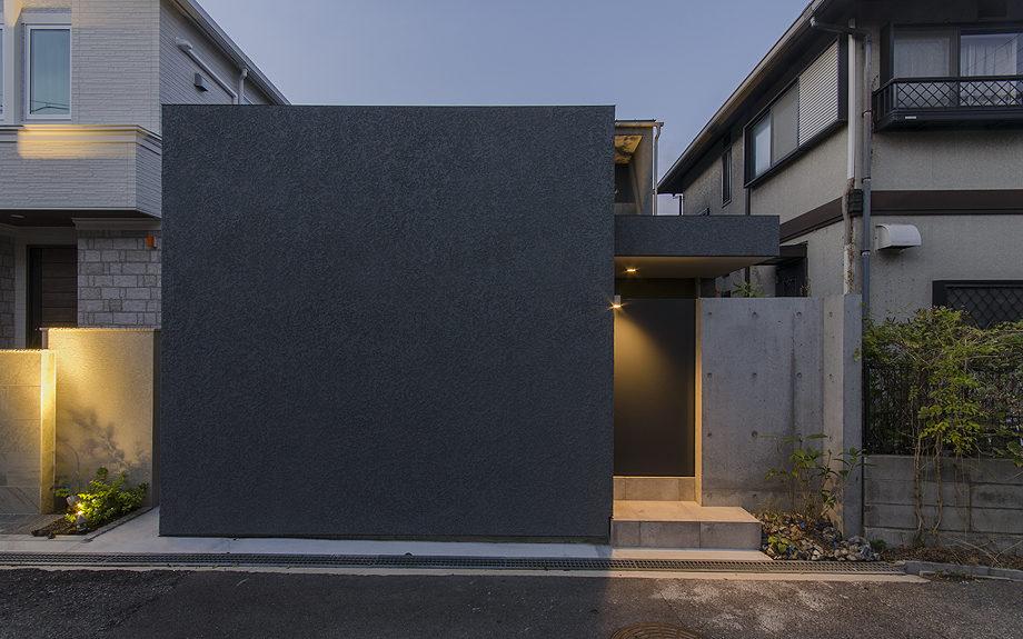 神戸市の御影に建つコートハウス、中庭のある家、夕景の外観写真