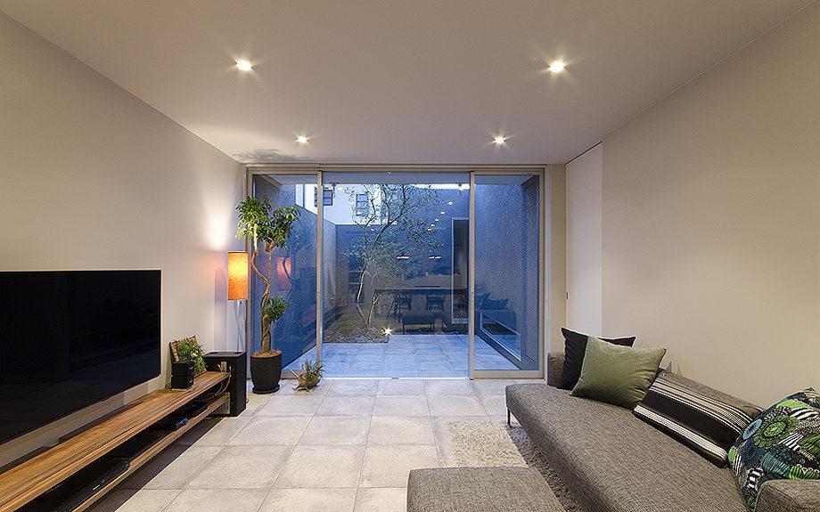 神戸に建つ注文住宅、中庭のある住まい、リビングからの写真