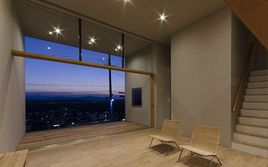 吹き抜けのある注文住宅,眺望の良い住まい,リビングの夕景