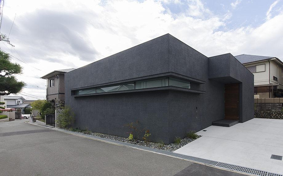 大阪府高槻市に建てられたコートハウス,中庭のある家,ダークトーンの外観