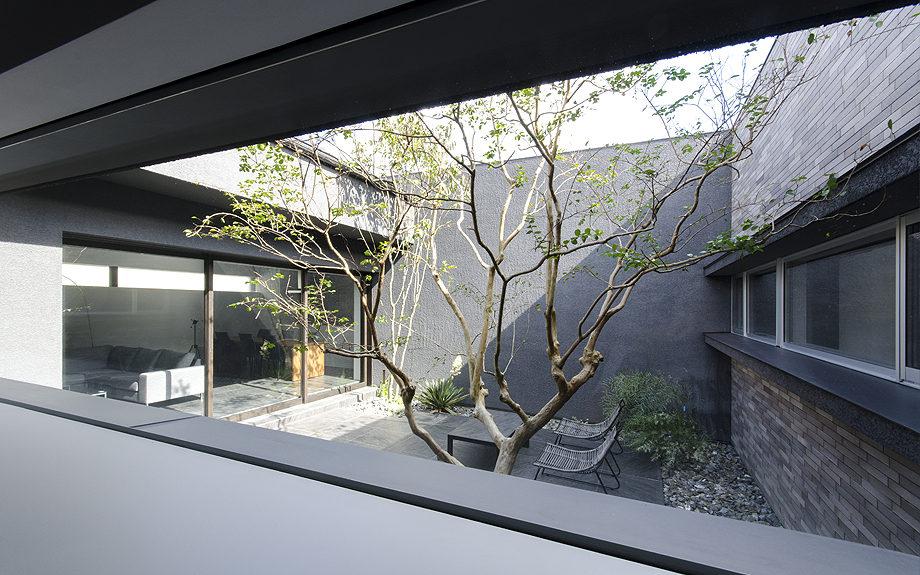 大阪府高槻市に建てられたコートハウス,中庭のある家,玄関ホールから見える中庭