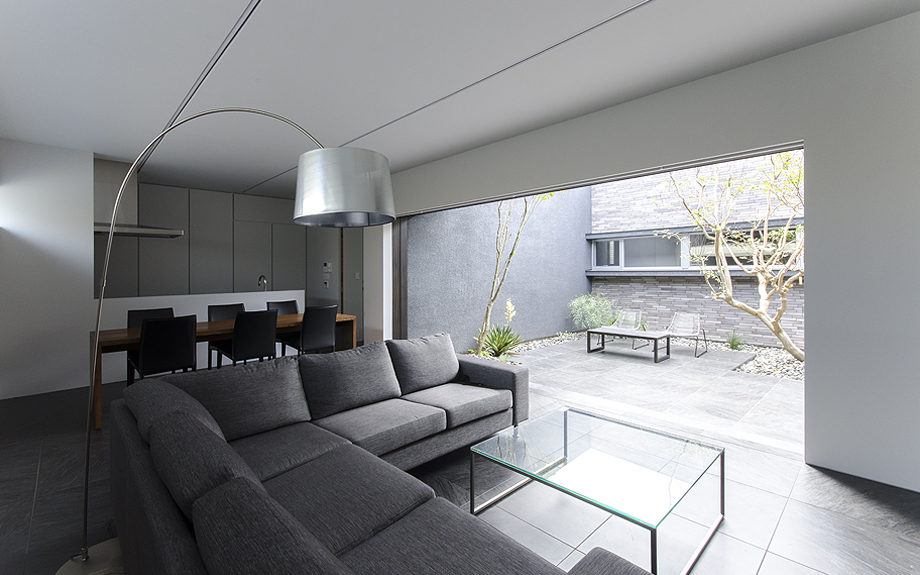 大阪府高槻市に建てられたコートハウス,中庭のある家,リビングの写真
