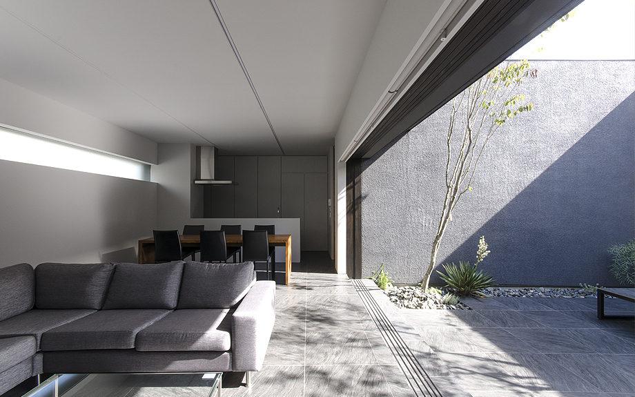 大阪府高槻市に建てられたコートハウス,中庭のある家,リビングの大開口
