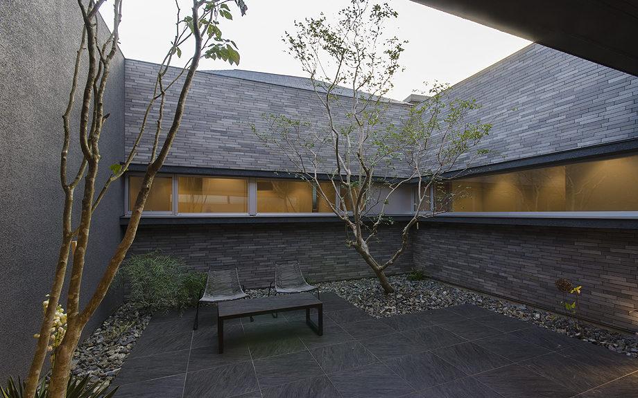 大阪府高槻市に建てられたコートハウス,中庭のある家,中庭の夕景