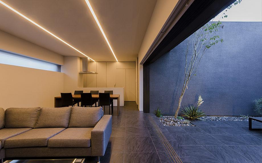 大阪府高槻市に建てられたコートハウス,中庭のある家,リビングの夕景