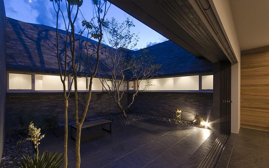 大阪府高槻市に建てられたコートハウス,中庭のある家,ライトアップされた中庭
