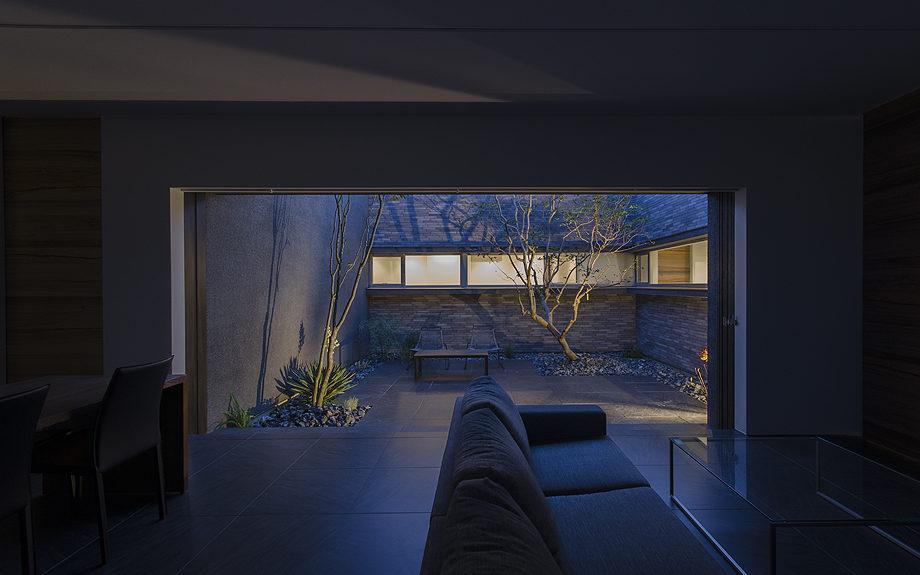 大阪府高槻市に建てられたコートハウス,中庭のある家,リビングからの夕景