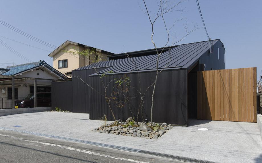 大阪府内に建つ都市型コートハウス,中庭のある住宅,ガルバリウム鋼板の外観