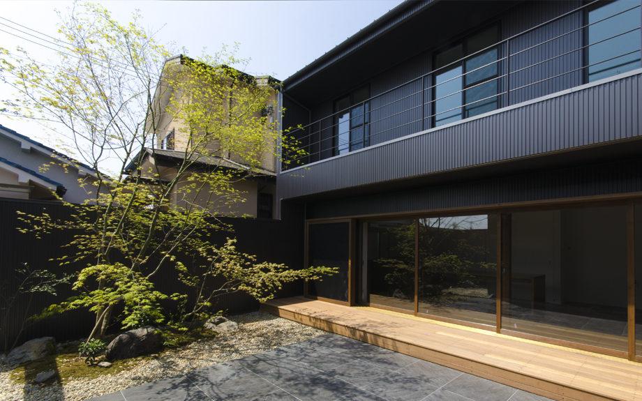 大阪府内に建つ都市型コートハウス,中庭のある注文住宅,中庭の外構デザイン