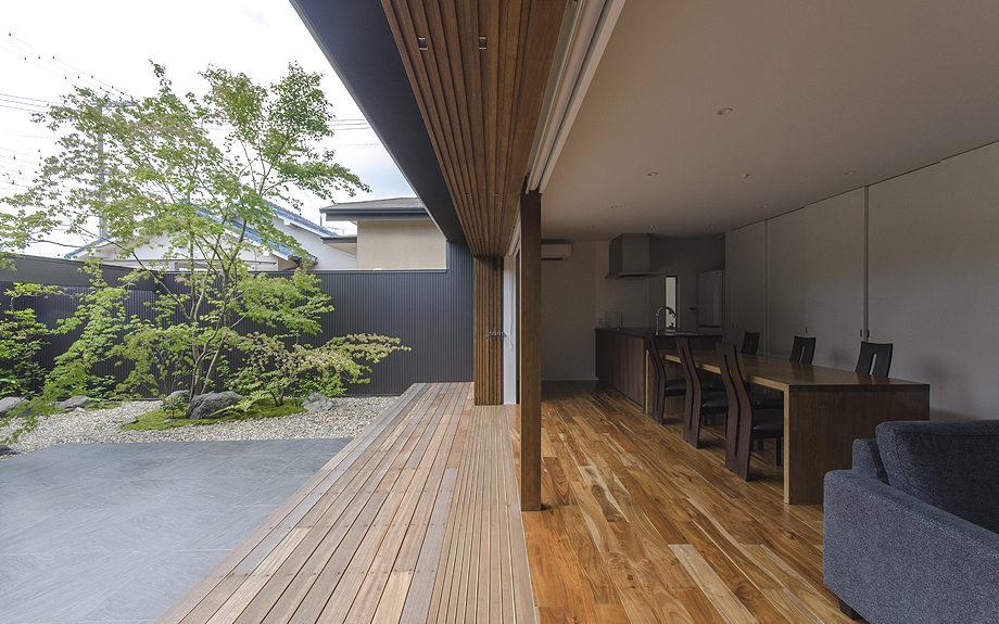 大阪府内に建つ都市型コートハウス,中庭のある住宅,リビングからの眺め