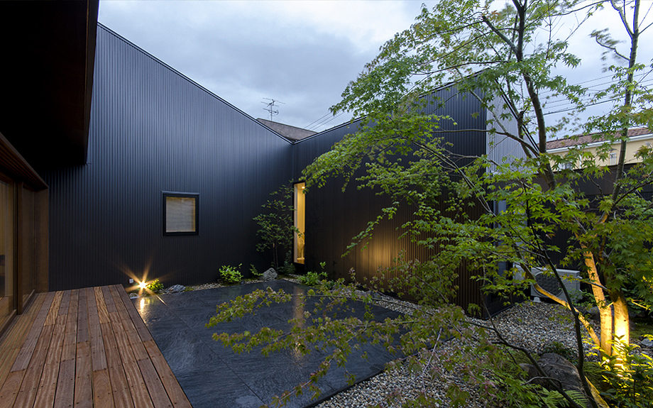 大阪府内に建つ都市型コートハウス,中庭のある住宅,中庭の夕景