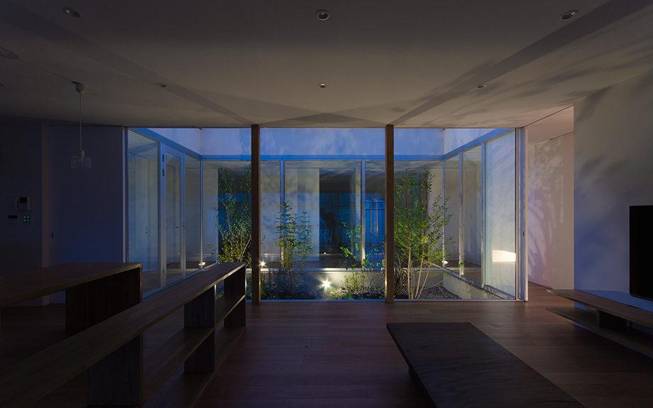 岐阜県多治見市にある中庭のある平屋の家、中庭の夜景写真