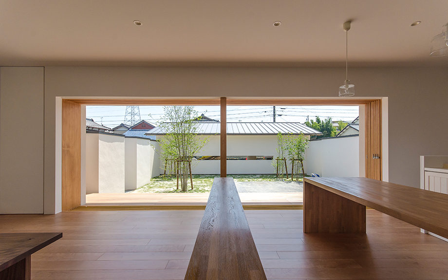 岐阜県多治見市にある中庭のある平屋の家、リビングダイニング内観写真