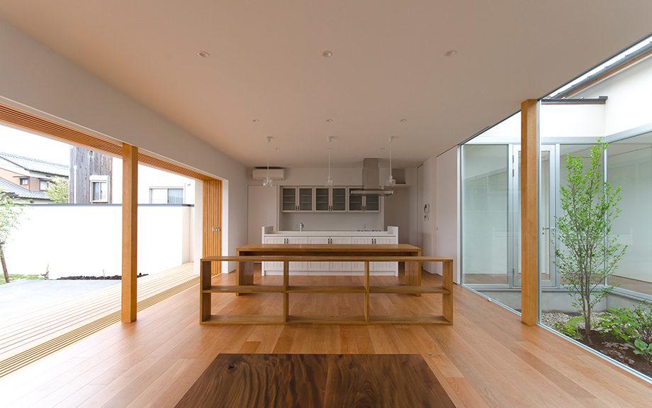 岐阜県多治見市にある中庭のある平屋の家、キッチンダイニング内観写真
