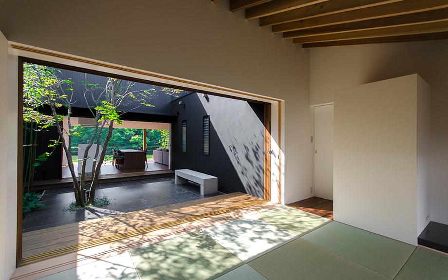 堺市西区にある中庭の家、梁現し和室内観実例