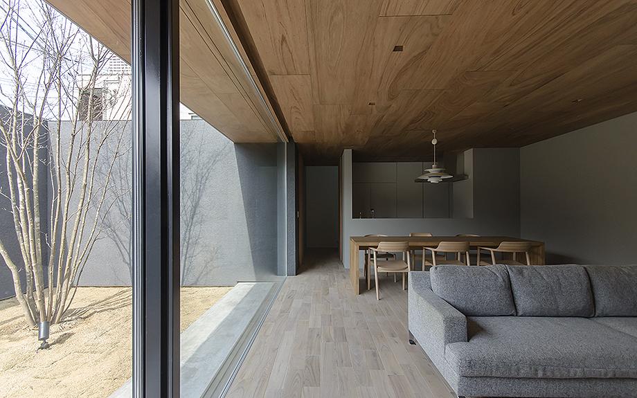 大阪市内に建つ中庭を持つコートハウス。