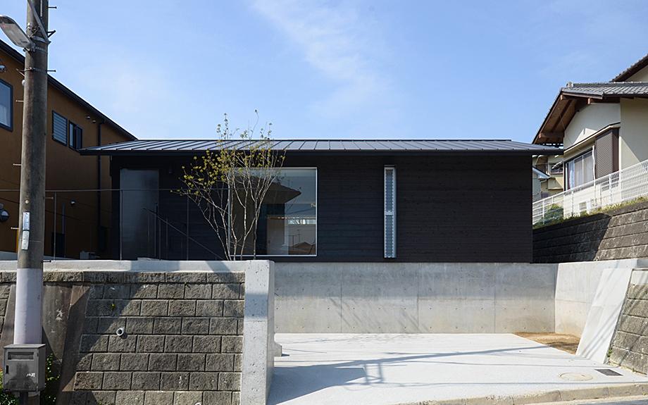 奈良県奈良市に建つ中庭のある平屋住宅の外観実例写真