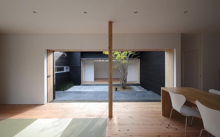 奈良県奈良市に建つ中庭のある平屋住宅の内観実例写真