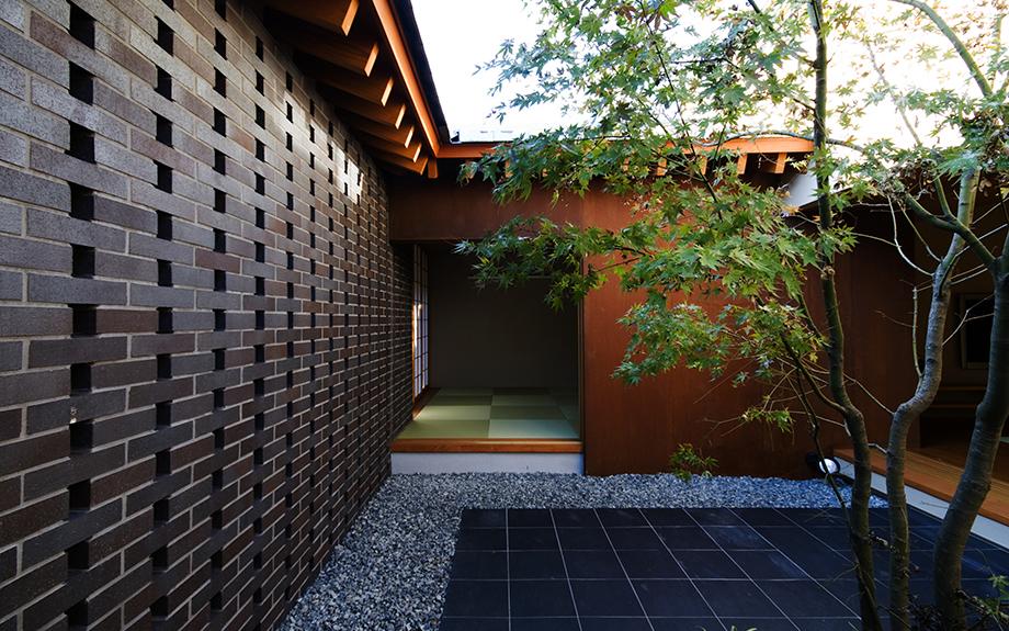 大阪府和泉市にある中庭の家の外観実例写真