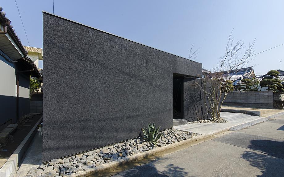 大阪府八尾市に建つ中庭注文住宅の外観写真