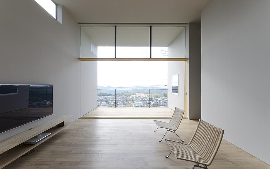大阪府箕面市に建つ眺望を活かした2階リビングの内観写真
