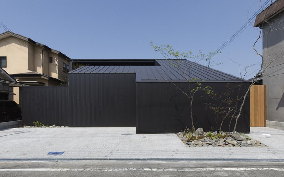 大阪府大阪市に建つ中庭のある注文住宅の外観写真