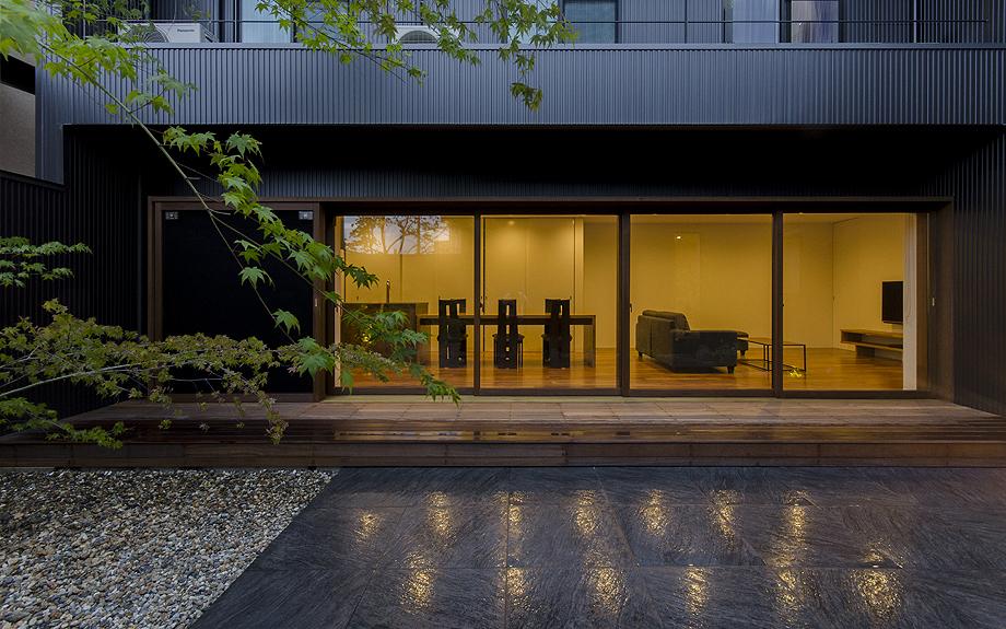 大阪府大阪市に建つ注文住宅のライトアップされた中庭の写真