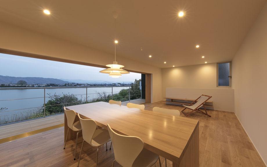 徳島県徳島市に建つ眺望を活かした2階リビングの内観実例写真